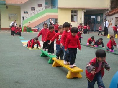 游戏规则: A亲子游戏《袋鼠跳跳跳》   游戏准备:麻袋8条,袋鼠头饰、圈圈8个游戏人数:四人为一组,分三组。   游戏玩法:袋鼠妈妈和小袋鼠以家庭为单位在起点准备,游戏开始袋鼠妈妈与小袋鼠在袋子里以双脚行进跳的形式跳至制定点,取得一个圈圈后双脚行进跳返回,游戏反复进行。游戏时一定按照游戏规则进行,如犯规,将不盖章。 B游戏《小动物运球》   游戏准备:彩色大球、小筐、小动物家模型、小动物头饰游戏人数:四人为一组,分四组。   游戏玩法:幼儿以家庭为单位,幼儿和家长分别在起点和终点面面对面站好,游戏开