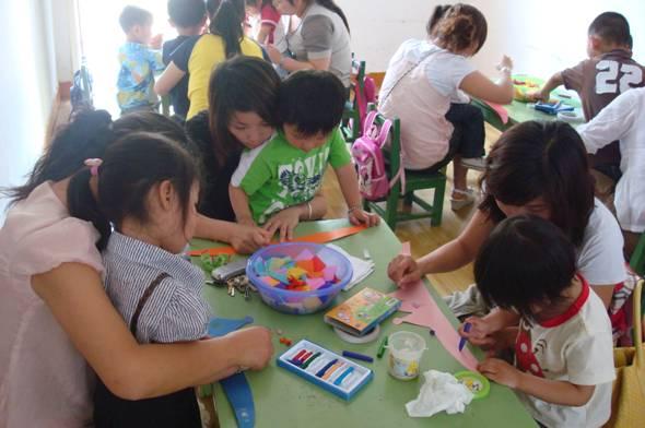 (一)生活习惯方面 幼儿来自不同的家庭,接受的家教也不一样,使得幼儿的生活能力参差不齐,更有不少幼儿还养成了种种不良的生活习惯,这给他们入园后适应集体生活带来了许多问题,甚至影响学习和生活。2.5岁的幼儿,正处在秩序感发展的关键期,培养幼儿的自理能力是托班保教保育工作的重点之一。 1、饮食习惯的培养 树立榜样作用:托班幼儿的吃饭问题,不仅令家长们担心,也让幼师们揪心。针对不同幼儿的吃饭问题,幼师要采用不用的应对方式。幼儿饭量小,不强迫;幼儿挑食,不责怪,不强行制止,而是顺其自然,逐步指导。如:幼儿不爱吃青