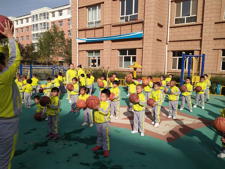 来自祖国内蒙古的虹亚幼儿园选择了牧童园服秋款健康布